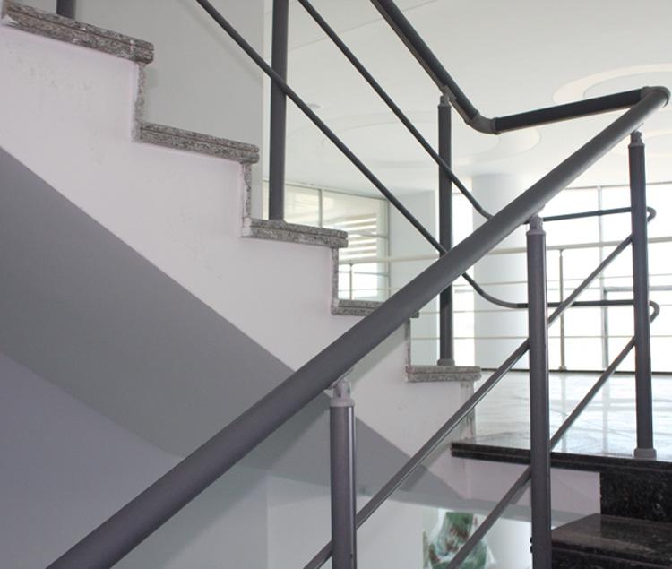 Sistema de trilha de escadas, corrimão para vãos de escadas, corrimão com capa em vinil